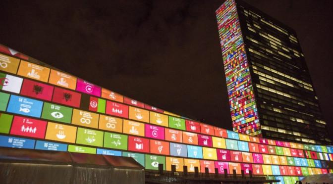 SDGs auf das New Yorker Hauptquartier der Vereinten Nationen projiziert. Foto: UN Flickr